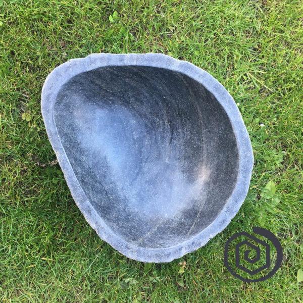nepravidelná kamenná nádoba